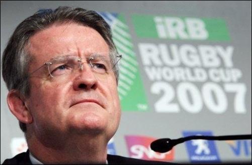 Bernard Lapasset obtient avec la FFr l'organisation de la Coupe du monde 2007 en France. Il prendra la tête de son organisation.