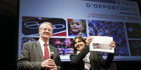 En 2015, Bernard Lapasset remet à Anne Hidalgo, maire du Paris, l'étude d'opportunité sur les JO 2024.