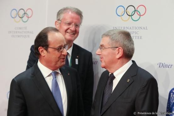 Bernard Lapasset, en arrière-plan d'une discussion entre François Hollande, président de la République, et Thomas Bach, président du CIO.